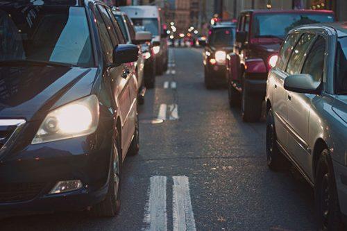 Briefing de la consultante avec les stagiaires : problème de luxe pour les constructeurs automobiles?